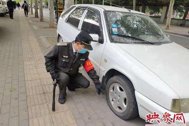 男子将车停小区门口影响到通行 车轮遭放气警告