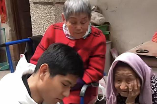 """95岁老人想看牡丹 因身体原因无法出行 孙子灵机一动""""放大招儿"""""""