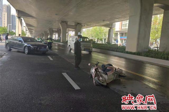 郑州小伙骑车快车道逆行与轿车相撞 同事:他急着上班