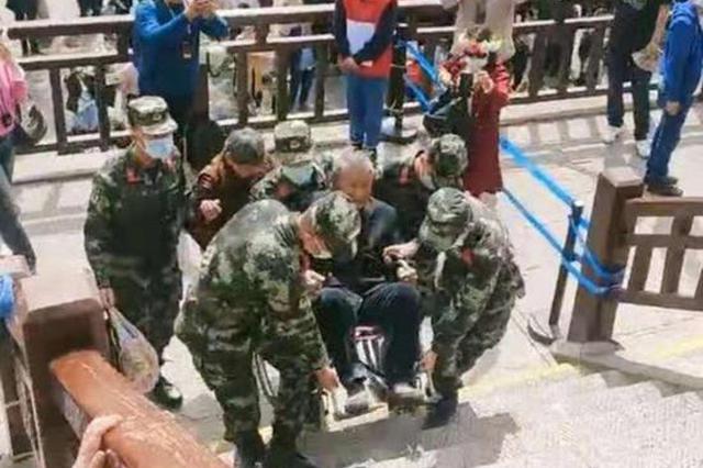 72岁老人坐轮椅旅游无法上台阶 洛阳武警官兵:安排!
