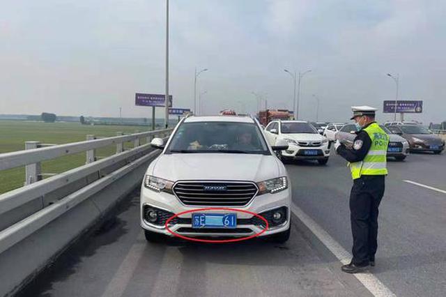 """占用应急车道行驶还给车辆""""戴口罩""""?交警:扣留驾驶证"""