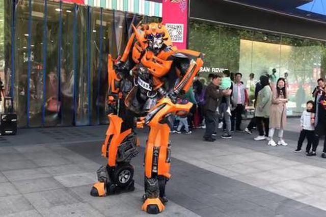"""平顶山小伙身穿2.8米铠甲 大飙""""机器人""""脱口秀"""