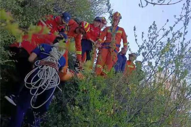 57岁女子假期跟随驴友爬野线 拍照时意外坠崖身亡