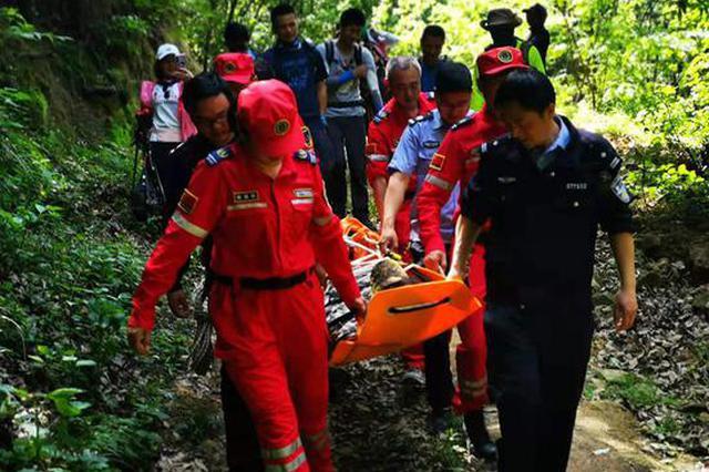 野线游再出事!一驴友深山摔骨折 救援人员数小时将其抬出山