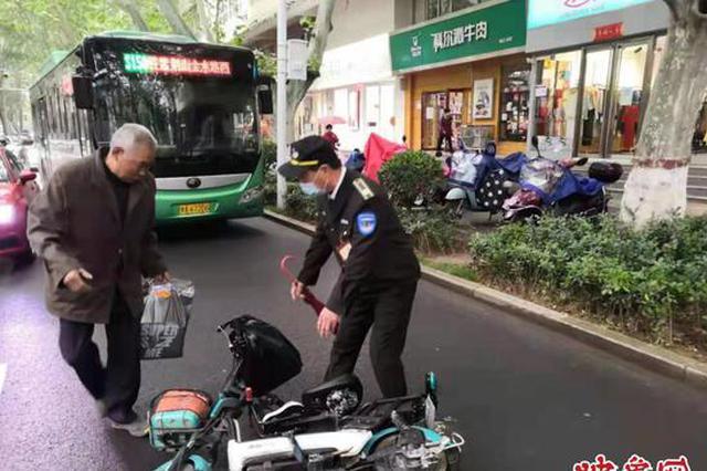 郑州一七旬老人骑车摔倒 巡防队员看到后上前搀扶