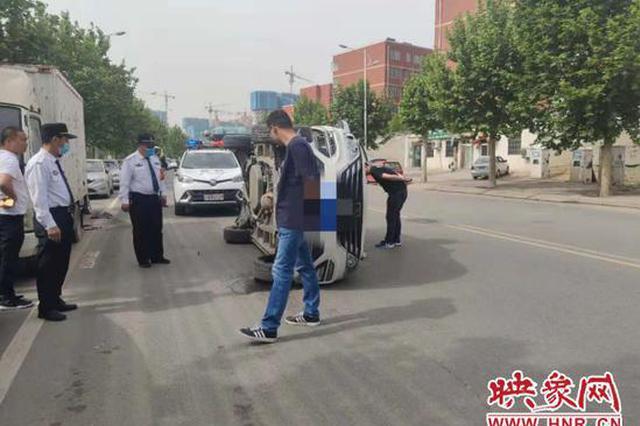 郑州一私家车失控撞向路边 侧翻后两男子从天窗里爬出