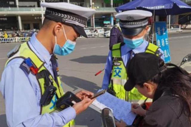 五一长假期间郑州交警已登记5850起不戴头盔行为 首张头盔罚单