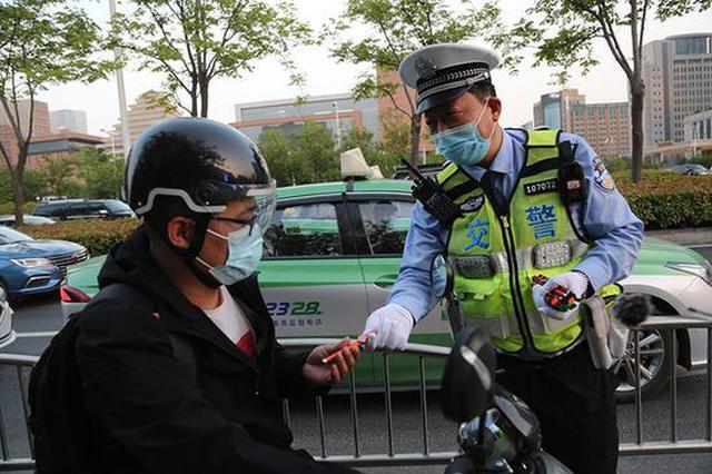罚!郑州骑电动车不戴头盔警告1582起 处罚385起