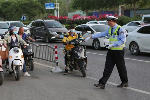 即日起 郑州交警全警上路严查骑电动车不戴头盔等违法行为
