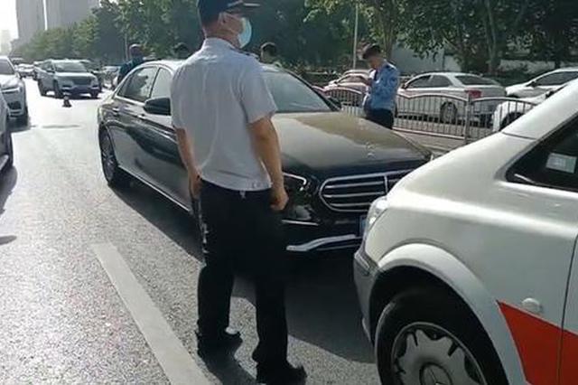 郑州一私家车停在快车道中一动不动 众人看到车里情景后报警