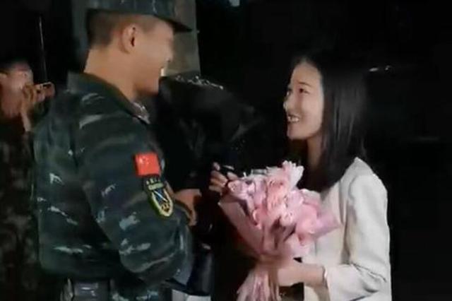 漯河武警小哥向女友求婚 隔壁消防员爬墙头围观鼓掌