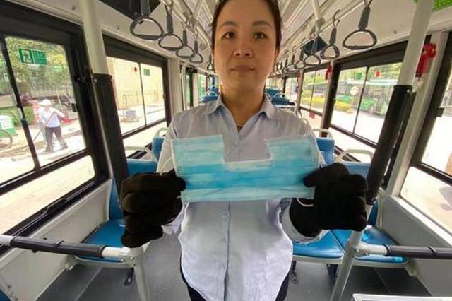 郑州大爷佩戴自制改装的口罩乘公交 露出鼻子捂着嘴