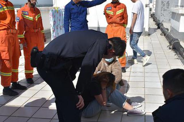 16岁女高中生欲跳楼轻生 新乡消防员趁其注意力转移飞身扑救