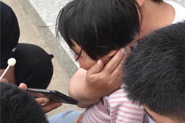 洛阳女童手卡螺母哭闹不止 消防员用动画片转移疼痛成功摘除
