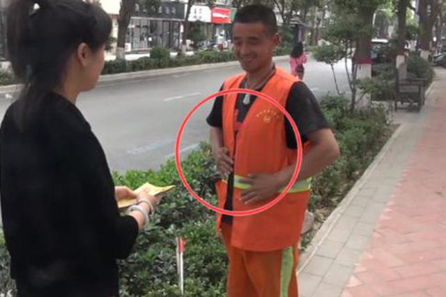 """环卫工垃圾箱中寻回""""宝物""""下意识""""小动作""""感动市民!"""