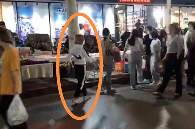女大学生独自逛夜市手机被盗 巡逻的便衣民警当场抓获扒窃嫌疑