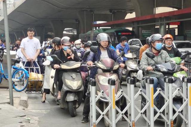 郑州街头12人路过仅2人未戴头盔 戴头盔10人里3人未戴好