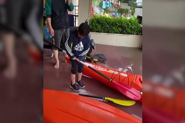 视频:周口突降暴雨课外班学生被积水所困