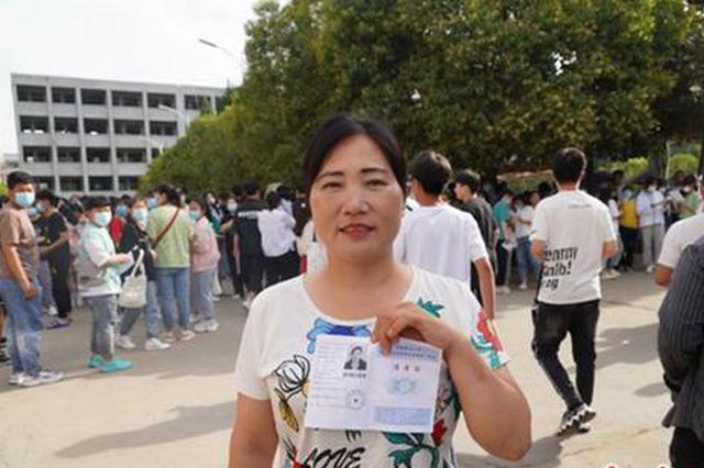 泌阳县一对母子同日同时参加高考