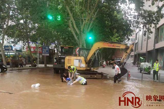 郑州街头爆管 男子骑电动车连人带车冲入水坑