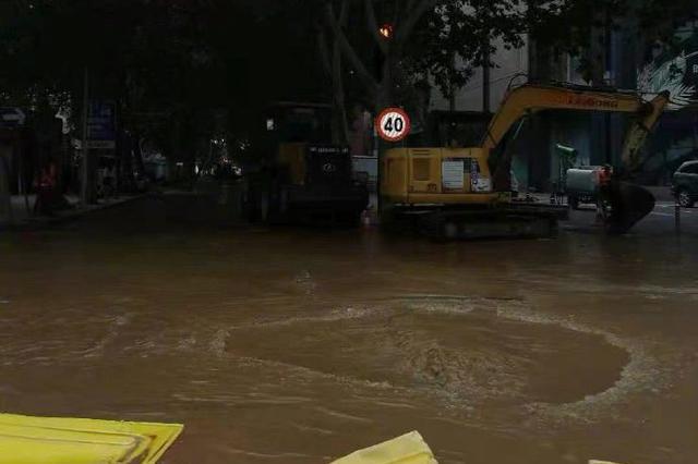 提醒!郑州一路口爆管积水 过往行人车辆请注意慢行