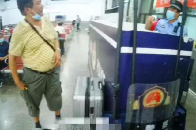"""火车上乘客扎堆儿丢手机?铁路民警用""""一招""""找回"""