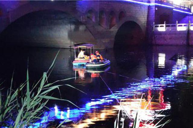 """少年乘坐废弃船只""""探险""""被困 消防员紧急渡河救援"""