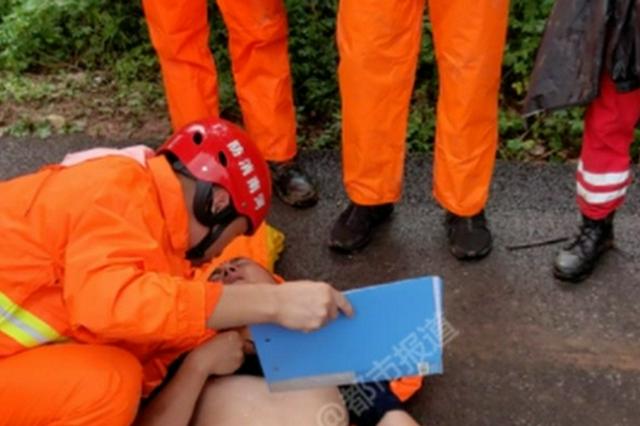20岁消防员连续搜救10小时中暑瘫倒