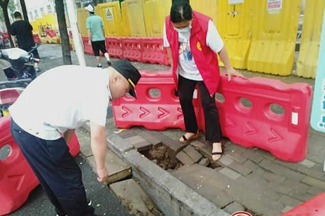 郑州暴雨致路面塌陷 相关部门紧急处置