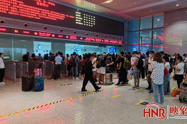 持续强降雨致列车晚点停运 郑州站增开14个退、改签窗口