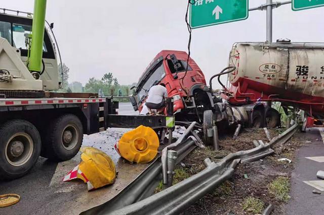 雨天高速行车货车猛踩刹车致侧滑 所幸未造成人员伤亡