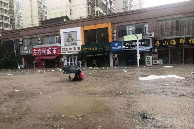 郑州两名特警往返几十次救出30余名被困者