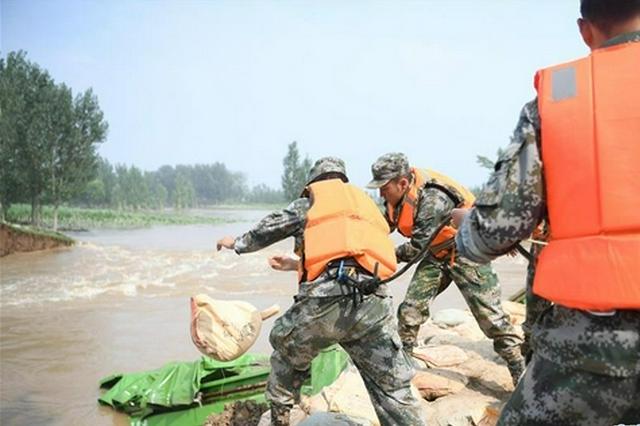 河南浚县:卫河河堤决口 封堵正在进行(图)