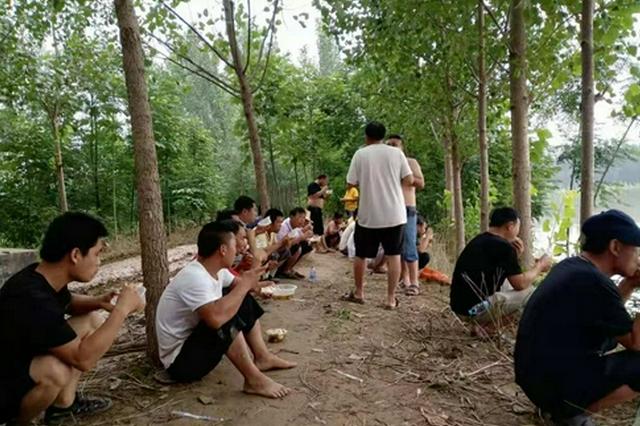 扶沟县1000多名庄稼汉组成护堤队 啃馍喝水坚守抗洪一线