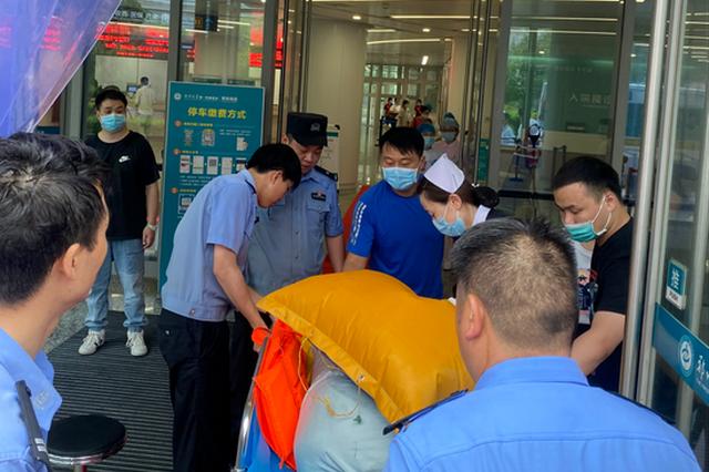 暴雨危急关头 郑州民警上演了一场生命的接力