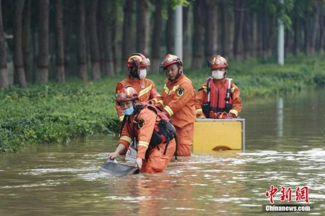 河南新乡:排水作业抢通道路