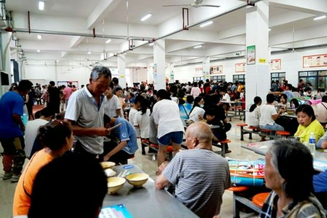 河南淇县:受灾群众吃上了热乎乎的汤饭(图)