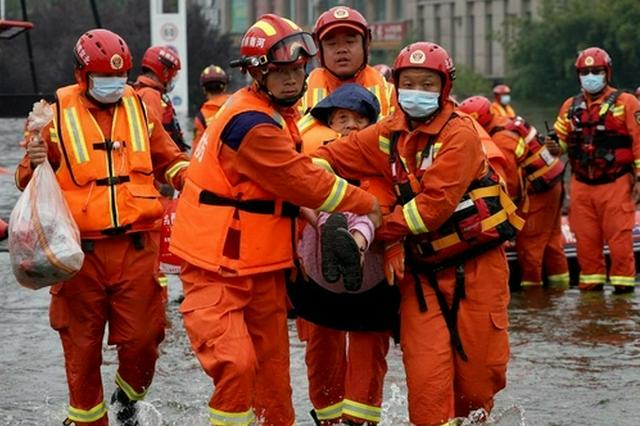 河南卫辉:转移被困人员 加紧城市排涝(图)