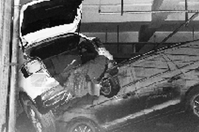 小区地下车库墙壁被积水泡塌 车辆被淹 物业该担责吗?