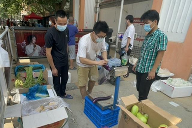 记者探访郑州封控区一线实况 全天候专人值守 果蔬供给充足