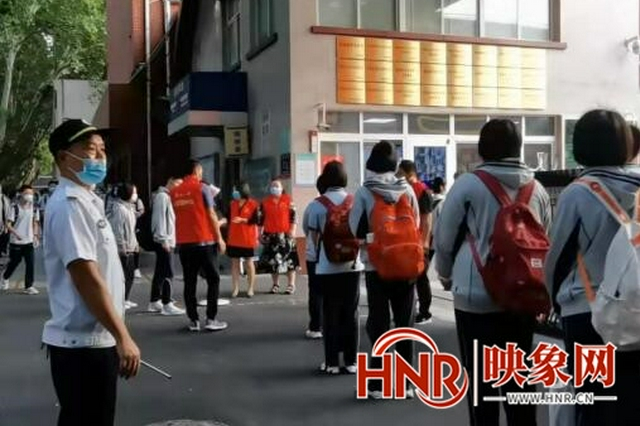 郑州民警、巡防等联手护航 一校初三学生半小时全部入校