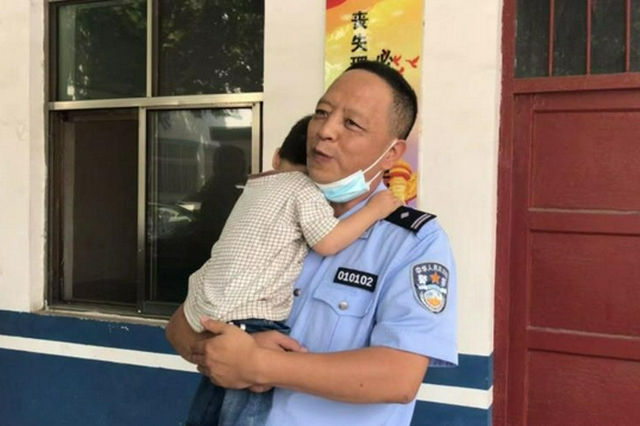 """新密两岁幼童走失 看到警察哭着""""求抱抱"""""""