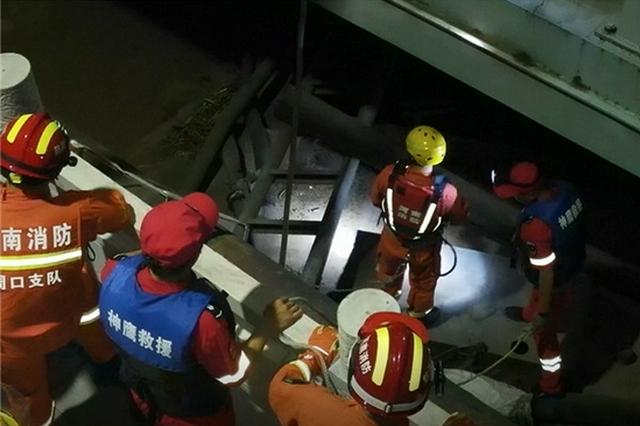 洪峰过境 20米废弃船只失去控制撞上桥墩 消防紧急排险