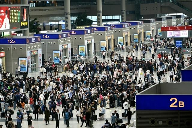"""郑州铁路实施""""一日一图""""开行模式 助力旅客国庆假期出行"""