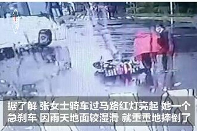 """有人骑车摔倒 遇到""""扶不扶""""难题 这位公交车长这样做"""