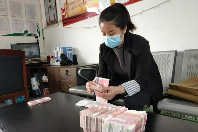 郑州公交车长捡到近20万元现金上交 称每个公交人都会这么做