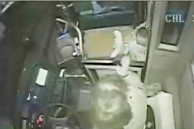 女子抱孩子上车不慎将冬枣撒落一地 司乘帮忙拾捡获赠香蕉答谢
