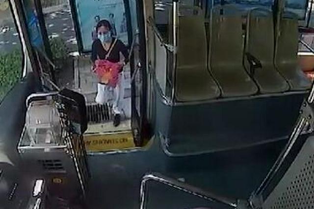 """暖心!公交车上女孩""""来例假"""" 好心车长拿出衣服帮忙遮挡化解"""