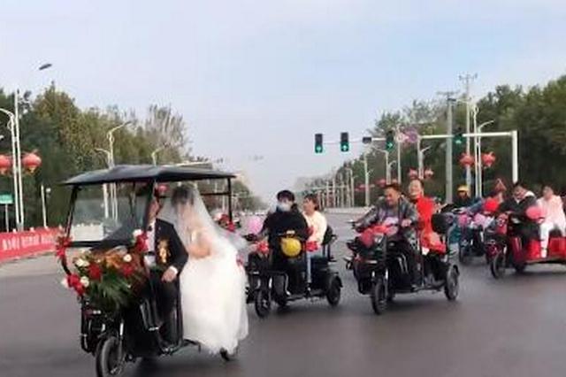 95后新人骑三轮车十公里低碳接亲 新郎:想给她一个特别的婚礼
