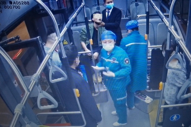 郑州男子公交车内突发疾病昏厥 车长联合医护人员展开紧急救助